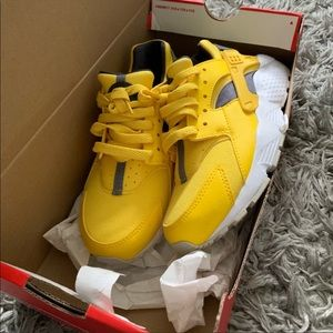 yellow nike huaraches size 5.5 ladies